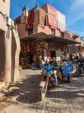 人们、摩托车和商店马拉喀什著名souks的, 库存照片