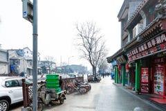 人们、餐馆和停车场在街道上 库存照片