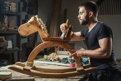 人绘一个木玩具 免版税库存图片