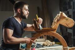 人绘一个木玩具 免版税图库摄影