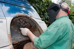 人-一个防毒面具的焊工 免版税库存照片