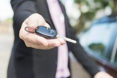 人给一把汽车钥匙 库存图片