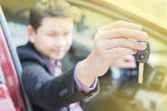 人给一把汽车钥匙 免版税库存图片