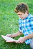 年轻人读一本书 库存照片