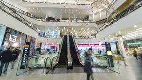人们下来并且努力去做自动扶梯在购物中心广场奇姆肯特 4K TimeLapse -奇姆肯特1月2017年,哈萨克斯坦 股票视频