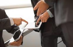人们与片剂计算机一起使用 免版税库存照片