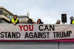 人们举起反唐纳德・川普横幅 库存照片