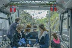 人们乘坐卑尔根最佳的全景的Floibanen Funiculae  免版税库存照片