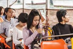 人们乘小船旅行在曼谷,泰国 库存照片