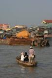 人们乘小船穿过一条河在越南 免版税图库摄影