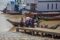 人们乘小船穿过仰光河,缅甸 库存图片