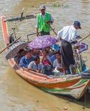 人们乘小船穿过仰光河,缅甸 免版税库存图片