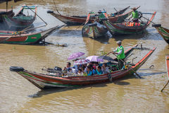 人们乘小船穿过仰光河,缅甸 库存照片