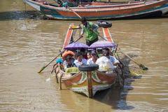 人们乘小船穿过仰光河,缅甸 免版税库存照片