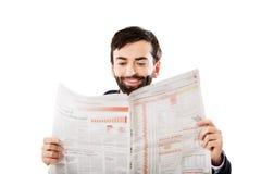 年轻人读书报纸在办公室 库存照片