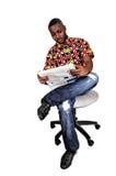黑人读书纸。 免版税图库摄影