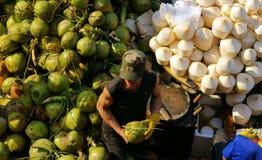 人们买卖椰子在市场上。DA拉特,越南2013年2月8日 免版税库存图片