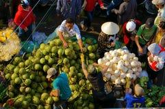 人们买卖椰子在market.DA拉特,越南2013年2月8日 库存图片