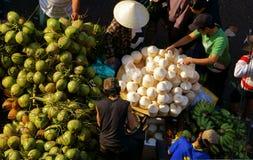 人们买卖椰子在market.DA拉特,越南2013年2月8日 免版税库存照片