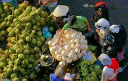 人们买卖椰子在market.DA拉特,越南2013年2月8日 免版税图库摄影