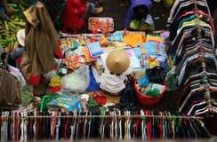 人们买卖衣裳在市场上。DA拉特,越南2013年2月8日 库存照片