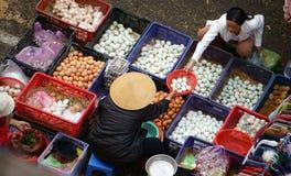 人们买卖鸡蛋在market.DA拉特,越南2013年2月8日 免版税库存图片