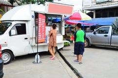 人购买咖啡在咖啡卡车商店 图库摄影