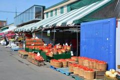 人购买杂货在吉恩爪市场上 免版税库存照片