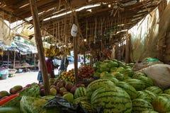 人购买果子在市场上,人们在肯尼亚 库存图片