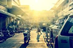 人购买食物在市场上早晨 免版税库存照片