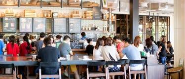 人购买starbuck咖啡在促进天 免版税库存照片