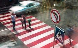 人们去交叉路在一条行人交叉路 被弄脏的行动 免版税库存照片
