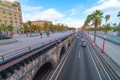 人们&交通,在海边巴塞罗那的黄昏,西班牙 免版税库存照片