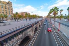 人们&交通,在海边巴塞罗那的黄昏,西班牙 库存图片