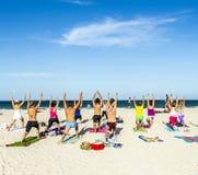 人们享受健身路线在南海滩 免版税库存图片