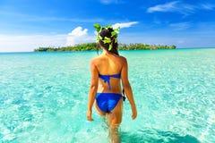 人们享受在热带沙滩的假期在背景海水和蓝天 库存图片