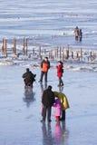 人们享受在冻松花江,哈尔滨,中国的步行 免版税库存图片