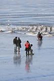 人们享受在冻松花江,哈尔滨,中国的步行 库存照片