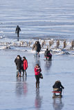 人们享受在冻松花江,哈尔滨,中国的步行 免版税库存照片