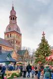 人们享受庆祝在圣诞节市场上在里加 免版税库存照片