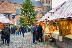 人们享受庆祝在里加圣诞节市场上 库存照片