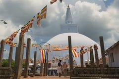 人们享受看法对Ruwanwelisaya stupa在阿努拉德普勒,斯里兰卡 免版税库存照片