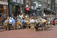 人们享用在一个大阳台在吕伐登,弗里斯,荷兰 免版税库存照片