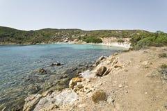 人们享用在撒丁岛的一个狂放的小海湾的清楚的水 免版税库存图片