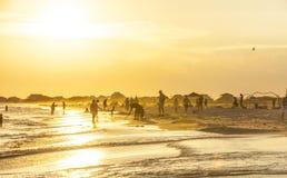 人们享用在黄昏的美丽的海滩在法国皇太子我 免版税库存照片
