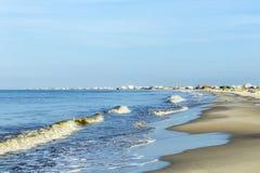 人们享用在黄昏的美丽的海滩在法国皇太子我 库存图片