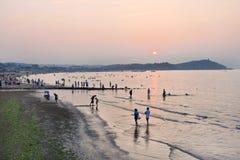 人们享用海滩在微明,蓬莱,中国 图库摄影