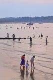 人们享用海滩在微明,蓬莱,中国 库存图片