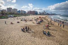 人们使用与海滩的美丽的景色 免版税图库摄影