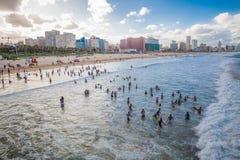 人们使用与海滩的美丽的景色 库存照片